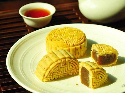 姜茶月饼 除了经典的绿茶月饼和红茶月饼,新式的大麦茶月饼、姜茶