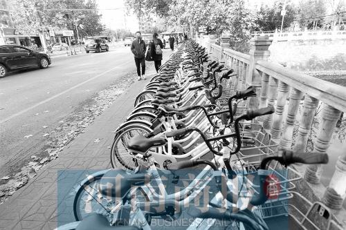 郑州街头现大量蓝色共享单车 相关部门:违规投放