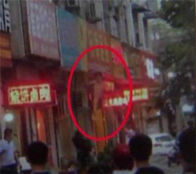 河南一店铺突燃大火 2岁幼儿被父亲从2楼扔下