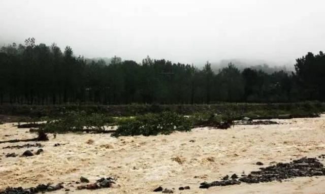 洛阳天池山山洪暴发引发泥石流 4人溺亡2人失踪