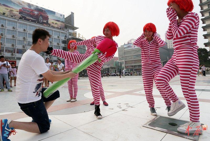 美女七夕二七广场跳小苹果 男子求婚被踢走