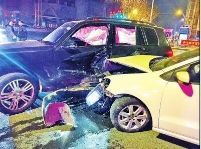 车祸现场两辆车均严重受损,所幸未造成人员伤亡.-女子醉驾逆行撞
