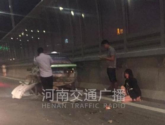 郑州高架一私家车猛撞出租车 女孩瘫坐地上大哭