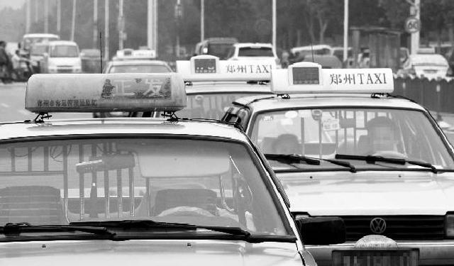郑州数十辆出租车顶灯被盗 的哥疑赃物流向套牌车
