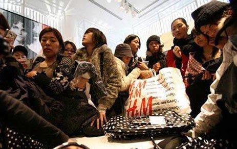 中国人到底多有钱 海外扫货按箱买