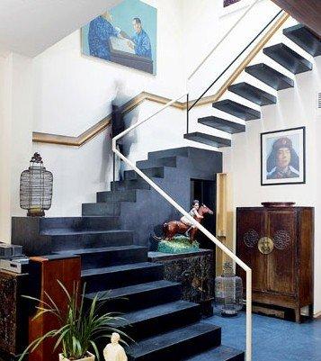 一楼的楼梯间,楼梯的笔画勾勒出设计感.不同平面的一幅幅ART&