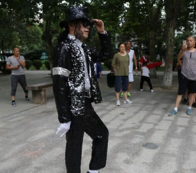 舞技惊人!周口72岁大爷模仿迈克・杰克逊 背后故事却很心酸