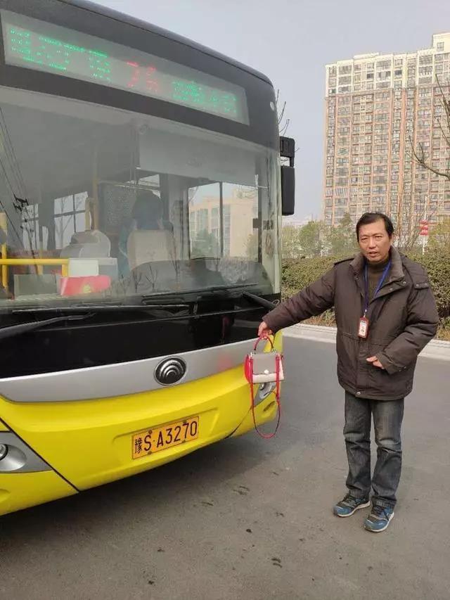 信阳暖心司机拾金不昧,万元现金挎包遗失公交车