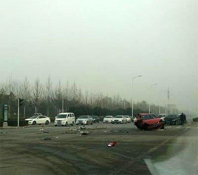 郑州发生车祸4车相撞 1人被甩出