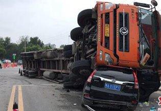 惨!郑州街头一大货车突然侧翻 旁边轿车瞬间被砸扁