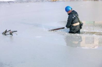 信阳电工跳进冰水中抢修电路 岸上村民心疼掉泪