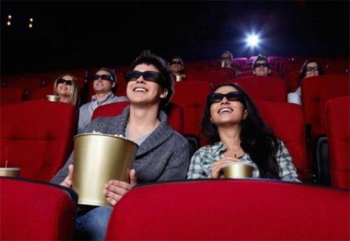 九、看电影。 在欧洲的大城市看场电影的价格多在8欧元左右,所以即使收入只有1000欧元也可以时不时地看回最新的大片。挣一千块钱的人估计连电影院的门冲哪开都不知道吧。