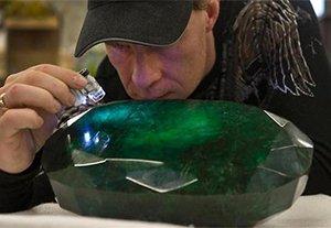 矿工挖出一块700斤翡翠 估价高达20亿元