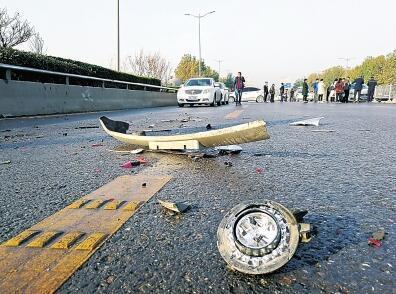 郑州17车连环撞疑是洒水结冰所致 城管部门回应