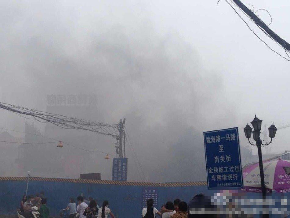 郑州街道起火 电动车堵住消防车