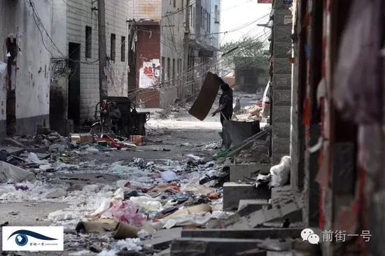 (原标题:深度原创|郑州薛岗村拆迁血案背后) 村民行走在已被拆成废墟