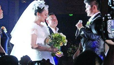 """传闻中的""""高富帅""""首次公开露面,年长潘阳5岁的石磊今年29岁,是某会所"""