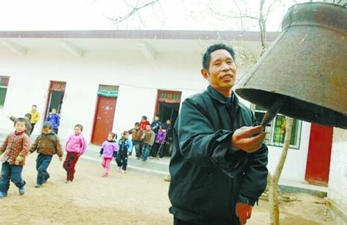 南召教师修校舍累偏瘫 妻子坚持16年背他去教书