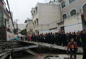 漯河一在建民房坍塌 造成一死两伤