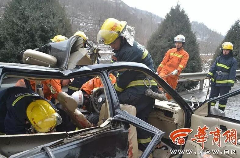 一辆小轿车追尾大货车,事故造成小轿车内3死3伤.图片来源:华商高清图片