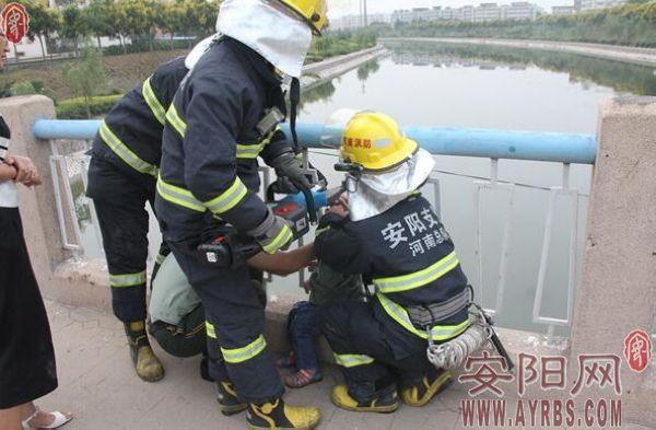 安阳一男童桥上玩耍颈部被卡 消防官兵解救化险为夷