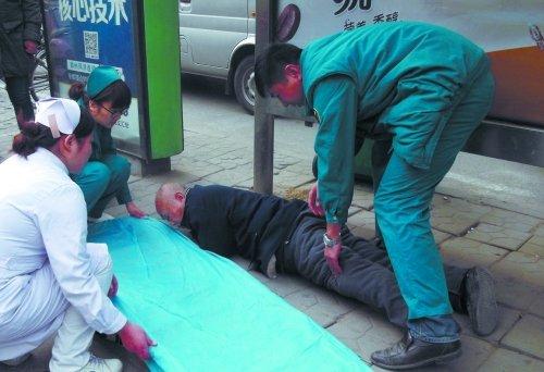 郑州74岁老人倒地无人扶 多人守候叫救护车