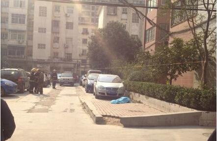 郑州工人路一小区八旬患病老太17楼坠落身亡