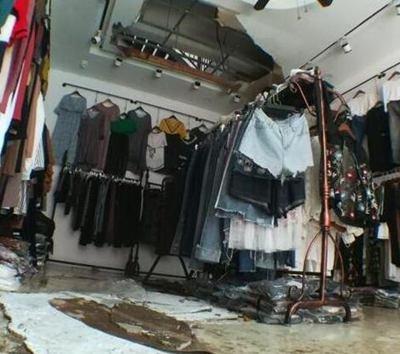 周口突遭暴雨袭击 20多家商户遭殃货物被淹
