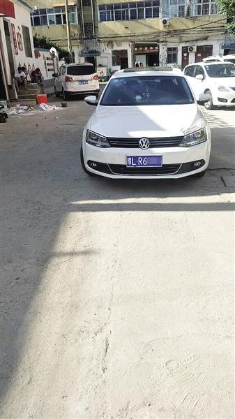 漯河一轿车停在小区道路中间 居民喊话车主