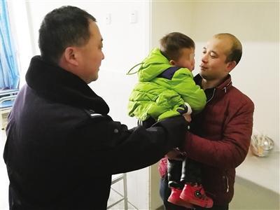 """南阳2岁男童瞒着家人""""逛""""医院 忙坏了一群人"""