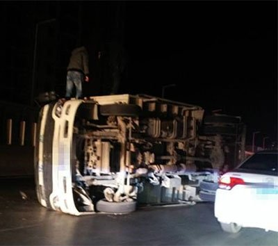 郑州货车夜间违法上高架 结果惨了