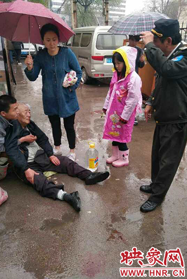郑州快递小哥撞倒八旬老人 女孩雨中为老人撑伞