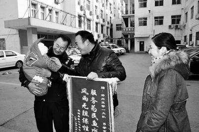 """郑州***开拓专用道 救助""""熊猫血""""新生儿获赞"""