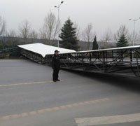 郑州一巨型广告牌被风刮倒