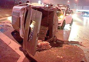 郑州一面包车突然失控 撞毁护栏翻滚着连撞两车