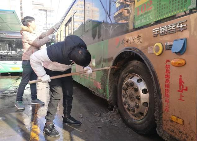 郑州公交全面清洁车辆卫生 为保场站干净整洁