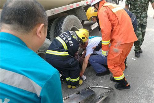 周口街头发生车祸 六旬老人被压搅拌车下受伤
