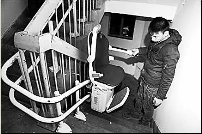 郑州一小区居民楼私自装电梯 楼上住户不同意