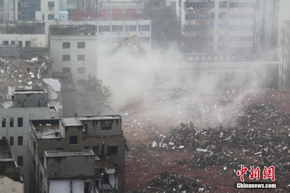 郑州最繁华城中村拆迁 现场尘土漫天