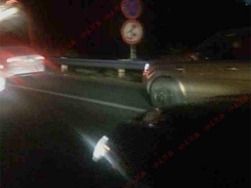 连霍高速连发3起车祸致堵 过往车辆挤上应急车道