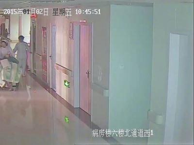 洛阳市妇幼保健对拖行婴儿道歉 辞退当值医生