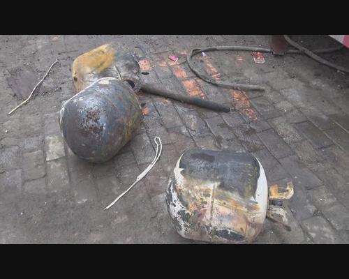 郑州街头起火洒水车被烧报废 八旬老人冒险扑救
