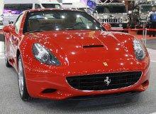 红色法拉利跑车亮相2011郑州国际车展