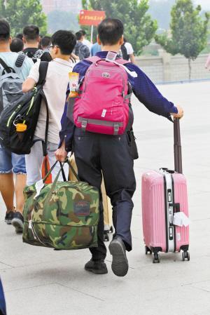 且行且珍惜!家长拎箱背包送孩子入学报到的背影