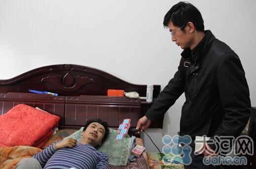 河南男人左腿糜烂保持供养病母 本地当局送关心