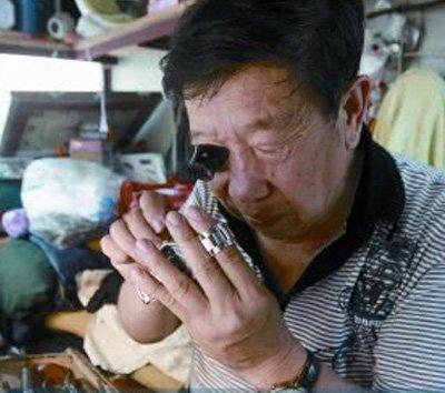 郑州老人30多年执着于一分一秒 还要继续干下去