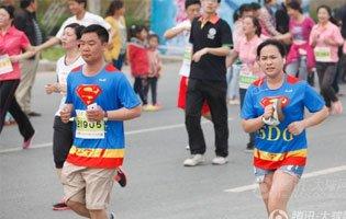 郑开马拉松情侣跑小分队即将开跑