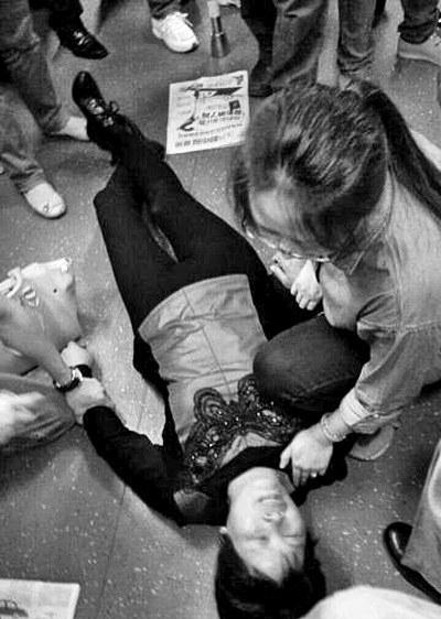 安阳姑娘深圳地铁救晕倒乘客 半分钟使其苏醒 美女