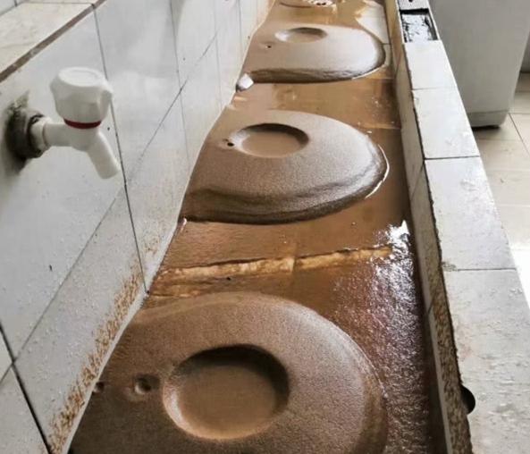 郑州一高校宿舍自来水带泥沙?学校回应