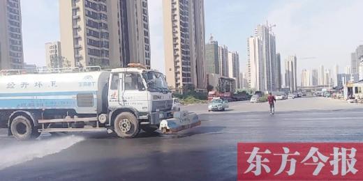郑州一路段不到半小时洒了三遍水 城管局回应